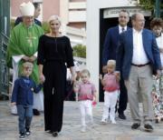 2017年9月1日,阿爾貝二世親王(Prince Albert II)(右)、王妃維特斯托克(Princess Charlene)帶着一對龍鳳胎Prince Jacques(右二)、Princess Gabriella(右三)出席活動。(法新社)