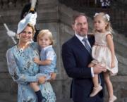 2017年7月,瑞典馬德萊娜公主(Princess Madeleine,左)與丈夫當時育有兩名子女。(Princess Madeleine of Sweden facebook圖片)
