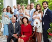 瑞典王室成員眾多,其中女王儲6歲的女兒Princess Estelle(後排右四,被爸爸抱着)樣子甜美,人氣甚高。(kungahuset facebook圖片)