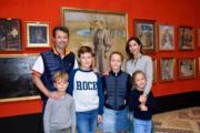 丹麥王儲弗雷德里克(左後)與儲妃瑪麗(右後)育有4名子女。(Det danske kongehus facebook圖片)