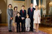 丹麥二王子Prince Joachim(右二)與前妻「港產王妃」文雅麗(左二)有兩名兒子,2008年再娶現任王妃Princess Marie(右一),再誕下2名子女。(Det danske kongehus facebook圖片)