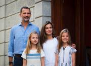西班牙國王費利佩六世(後排左)、王后萊蒂西亞(後排右)與2名女兒:Leonor和Sofia小公主。(法新社)
