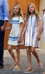 西班牙國王費利佩六世的女兒Princess Leonor(左)和Princess Sofia(右)猶如孖公仔。(法新社)