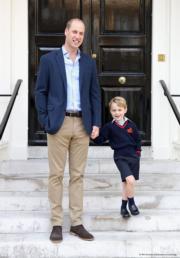 2017年9月7日,英國喬治小王子首日到Thomas's Battersea上學,由爸爸威廉王子送他上學。圖為王室發布威廉王子與喬治小王子在上學前拍攝的照片。(The Royal Family facebook)