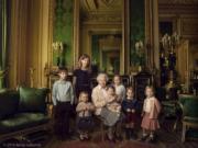 2016年4月21日,英國王室發布英女王伊利沙伯二世與5名曾孫,以及年紀最小的兩名孫兒(左一、左二)的合照。(The Royal Family facebook)