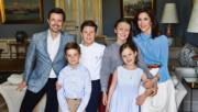 2018年5月26日為丹麥王儲弗雷德里克(左一)的50歲生日,丹麥王室在網站發布王儲一家六口新照片。(kongehuset.dk網站圖片)