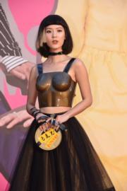 余香凝這身菲林胸罩造型相當突出,甚為性感,還展露小蠻腰。(攝影:娛樂組)