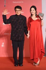 成龍和趙薇拖手亮相。(攝影:娛樂組)
