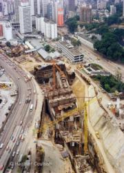 建設中的金鐘站。(1977年©Heather Coulson,圖片由香港大學提供)