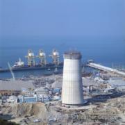 青山發電廠全區1990年竣工時是東南亞最大的發電站。圖為1984年施工中的青山發電廠煙囪。(©Heather Coulson,圖片由香港大學提供)