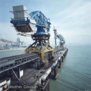 1984年,屯門青山發電廠煤炭卸貨碼頭和吊臂。(©Heather Coulson,圖片由香港大學提供)