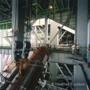 1984年,青山發電廠B廠鍋爐工程中吊升氣鼓(©Heather Coulson,圖片由香港大學提供)