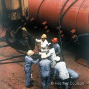 1984年,工人升起青山發電廠B廠的巨型蒸汽鼓,為安裝發電機組的蒸汽鍋爐作準備。(©Heather Coulson,圖片由香港大學提供)
