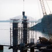 1984年,通往船灣淡水湖大尾篤抽水站的連接橋橋墩建設工程。(©Heather Coulson,圖片由香港大學提供)