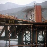 1984年,施工中的沙田橋。(©Heather Coulson,圖片由香港大學提供)