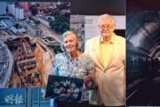 1970年,香港著名基建及建築攝影師Heather Coulson, ABIPP, ARPS(左)隨從事工程顧問的丈夫Colin(右)來港,兩年後開始她的工程攝影生涯,一直至1988年離開香港,回到英國。(黃志東攝)