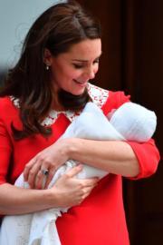 凱特抱着初生小王子。(法新社)