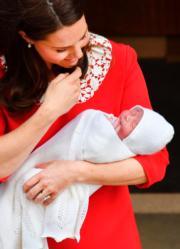 凱特抱着小王子,一臉幸福。(法新社)