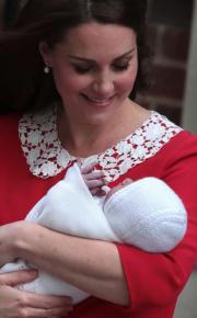 凱特抱着初生小王子出院。(法新社)