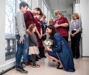 凱特接收女童的花束。(法新社)