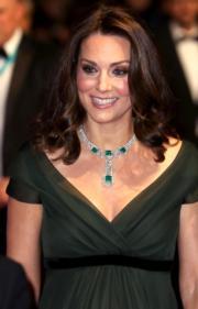 凱特穿上深綠色Deep V長裙配幼身黑腰帶。(法新社)