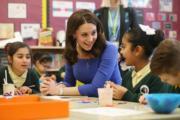 凱特(左)跟學生聊天。(法新社)