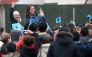 凱特(右)到訪學校,大批學生迎接。(法新社)