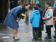 凱特(左)到訪學校。(法新社)
