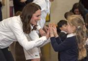 2018年1月17日,英國劍橋公爵夫人凱特身到訪學校,與女生互動。(法新社)