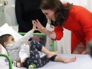 2018年1月17日,英國劍橋公爵夫人凱特到訪兒童醫院,與病童聊天。(法新社)