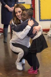 英國劍橋公爵夫人凱特(左)與女生擁抱。(法新社)