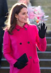 2018年1月16日,英國劍橋公爵夫人凱特身穿桃紅色外套到訪考文垂。(法新社)