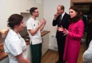 2018年1月16日,英國劍橋公爵威廉王子與夫人凱特(中)到訪考文垂大學,與職員交談。(法新社)