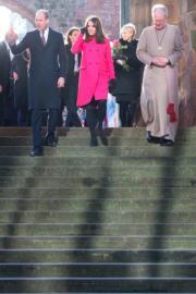 英國劍橋公爵威廉王子(左)與夫人凱特(中)參觀考文垂教堂。(法新社)