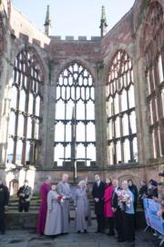 英國劍橋公爵威廉王子(前排右四)與夫人凱特(前排右三)參觀考文垂教堂。(法新社)