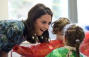 凱特(左)探訪幼兒班,表情多多地與小朋友聊天。(法新社)