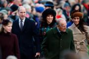 後排左起:威廉王子、凱特、馬克爾出席聖誕崇拜。(法新社)