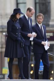 2017年12月14日,懷孕的凱特(左起)、威廉王子與哈里王子出席在聖保羅大教堂舉行的格倫費爾大廈(Grenfell Tower)大火追悼儀式。(法新社)