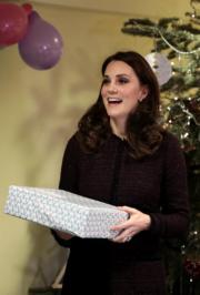 聖誕臨近,英國劍橋公爵夫人凱特探訪兒童。(法新社)
