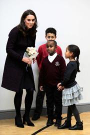 2017年12月12日,英國劍橋公爵夫人凱特(左)探訪兒童,並協助準備聖誕派對。(法新社)