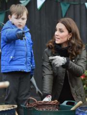 2017年11月29日,凱特(右)探訪倫敦一家小學,體驗園藝種植。(法新社)
