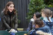 2017年11月29日,凱特(左)探訪倫敦一家小學。(法新社)