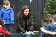 2017年11月29日,凱特(中)探訪倫敦一家小學。(法新社)