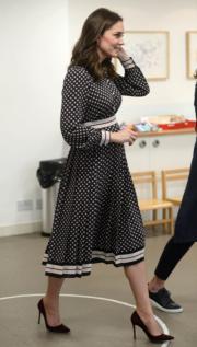 2017年11月28日,懷孕的凱特穿上高跟鞋,在倫敦參觀博物館。(法新社)