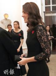 2017年11月7日,英國劍橋公爵夫人凱特懷着第3胎,貼身剪裁的晚裝突顯其腹部微隆。(法新社)