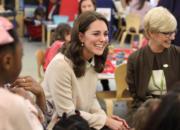 2017年11月14日,懷孕的凱特(左)探訪兒童中心。(法新社)