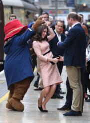 2017年10月16日,凱特 (中) 與柏靈頓熊跳舞。右為威廉王子。(法新社)