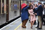 凱特與柏靈頓熊共舞。(法新社)