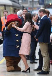 凱特腳踏高跟鞋,與柏靈頓熊開心共舞。(法新社)