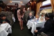 凱特在火車上看望資助的慈善團體的兒童。(法新社)